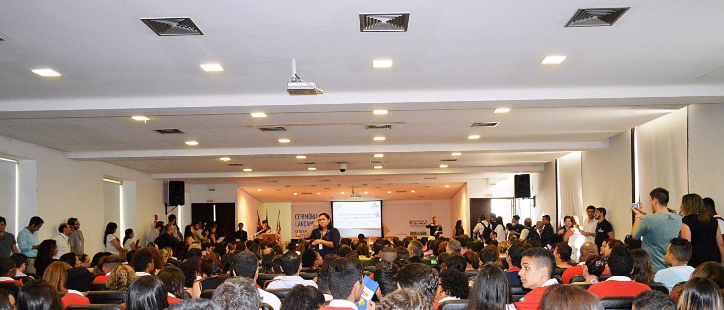 Intérprete para a plateia durante abertura do evento / Crédito: Jéssica Carecho